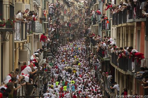 трка со бикови по улиците на Памплона Шпанија