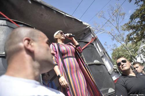 меѓу учесниците  на парадата на гордоста во Белград  беше и  фолк ѕвездата Карелуша