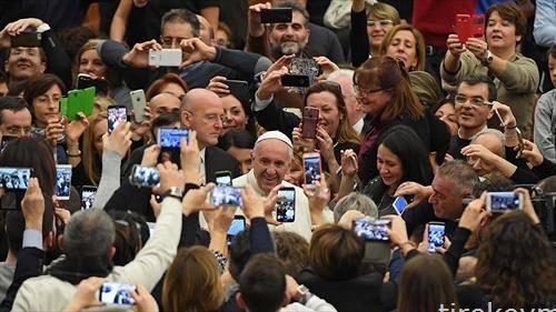 Папата за време на мисата заедно со заедницата од Ватиканската детска болница