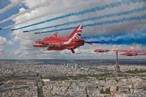 британски и англиски авио акробатрски екипаж го надлетуваат Париз