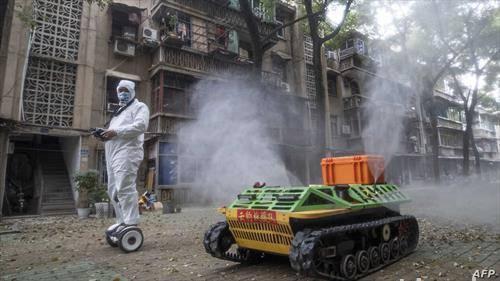 како во Вухан, жариштето од каде тргна корона вирусот се дезинфикуваат улиците