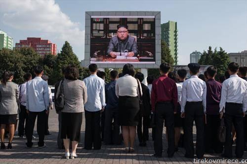северно Корејци гледаат вести на плоштад на отворено