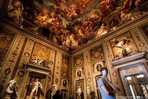 посетител на галерија во Рим