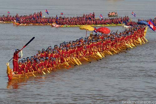 најдолгиот во свет чамец змеј го веслаат 179 лица на реката Меконг во Камбоџа