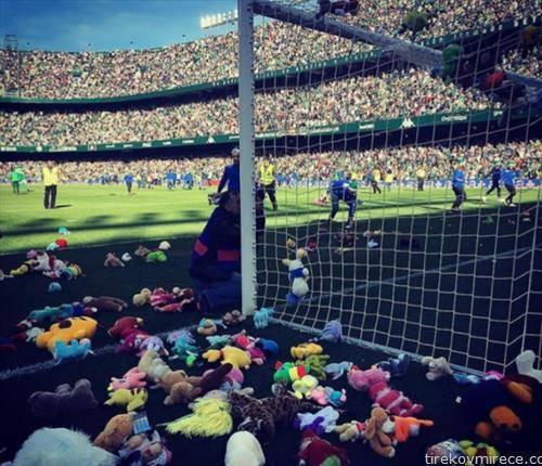навивачите  на Бетис со играчки за децата без родители