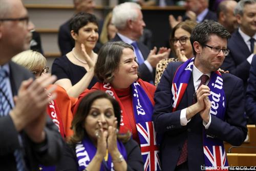 Колумбија  со солзи и песна членовите на ЕУ Собранието се простија од Велика Британија