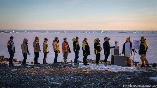 на Антарктикот  група австралиски научници во друштво со пингвинитe, гласаа на изборите во својата земја.