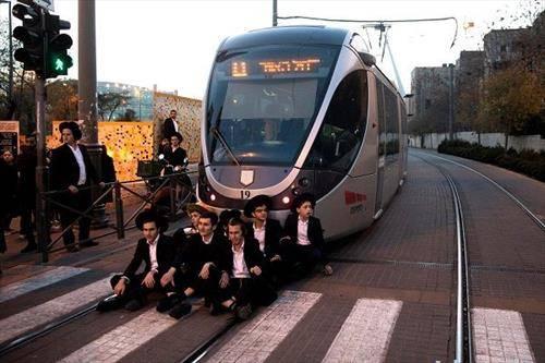 некои од евреите не сакаат да одат војска и протестираа