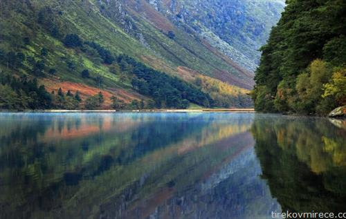 есенски пејзаж на езеро во Ирска