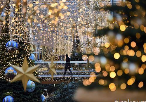 божикните декорации низ трговскиот центар Поцдамер Плац Аркаден во Берлин
