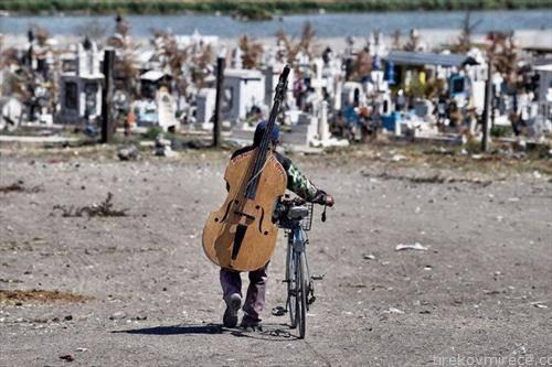 музичар во Мексико напушта погреб откако свирел