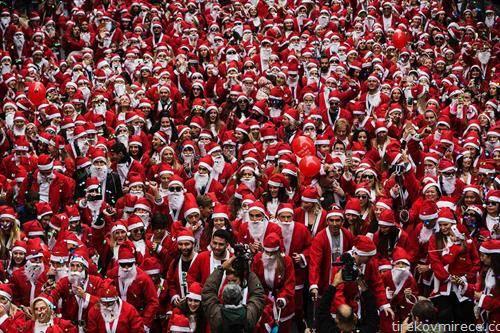 тркачи облечени како Дедо Мраз на трка во Атина
