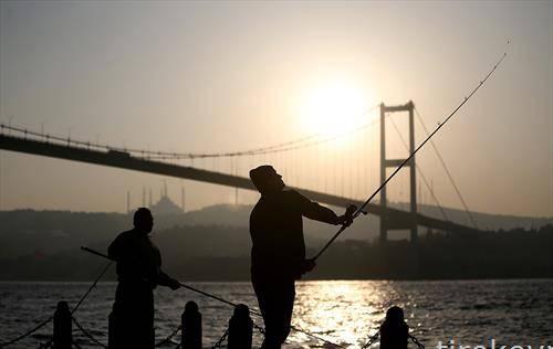 Рибари пред мост на Босфор во Истанбул