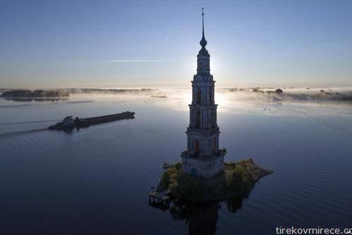 Карго брод плови познатата  Калајазинска кула, дел од поплавениот манастир Св. Никола, на реката Волга, во близина на Москва