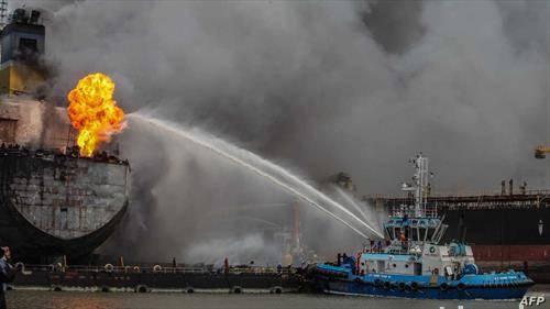 се гаси запален брод во пристаниште во Индонезија