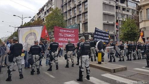 а  еве ги и противниците на парадата со  крстот  напред
