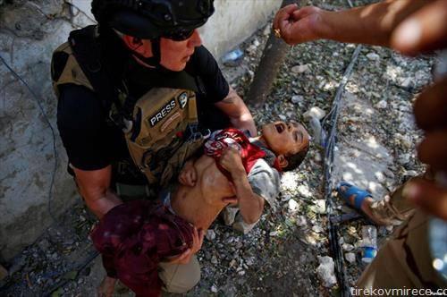 војник спасува дехидрирано дете во Мосулна