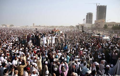 погребот на поранешниот поп пејач кој стана исламска религиозна ѕвезда Јунаид Јамшед, кој загина во авионска несреќа, во Карачи