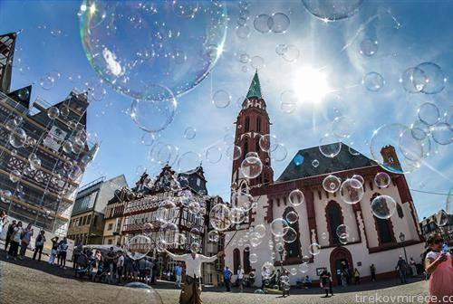 уметник со меури од сапуница во Франкфурт