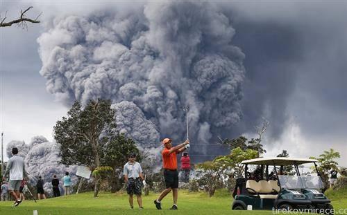 вулканот еруптира, голфгерите играат