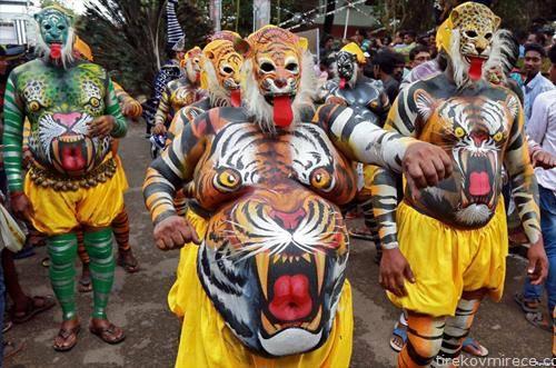 учесници на фестивал во Индија