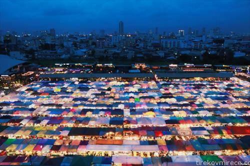поглед ноќе на затворениот пазар во Банког Тајланд