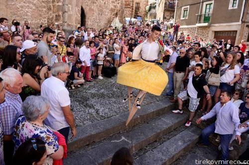 танц по уличките на шпански град