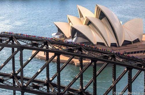 360 студенти од Канада и од Кина стојат на врвот на Харбор мостот во Сиднеј. Тие го урнаа рекордот во најголем број луѓе качени на мостот во исто време.