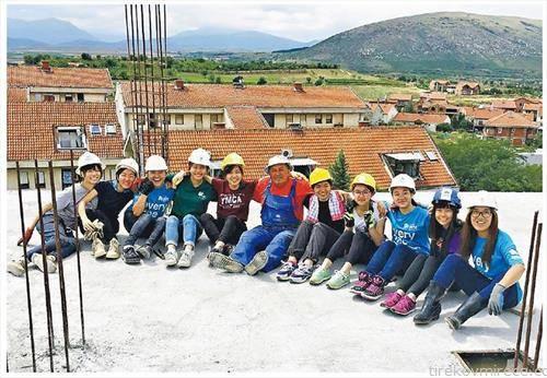 12 студенти од Хонг Конг ја градат зградата на Хабитат