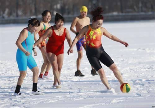 кинескињи играат со топка по снег  на   8-ми март