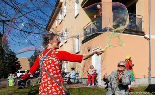 забава за пензионери во дом во Берлин