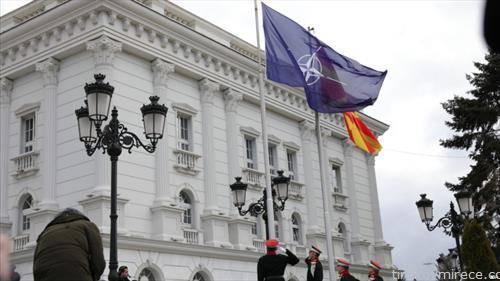 На свечена церемонија, пред Владата беше подигнато знамето на НАТО.