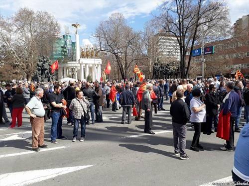 граѓани протестираат пред Собранието против Законот за употреба на јазиците