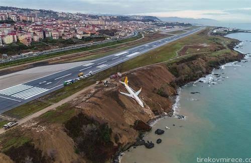 авион кој наместо на писта заврши во провалија, во Турција