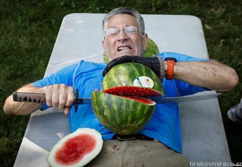 американец соборува Гинисов рекорд во сечење лубеници на стомак