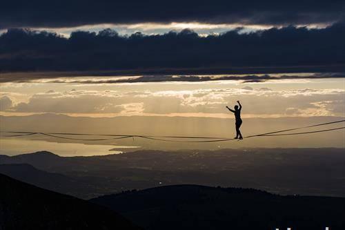 Британката Сара Риксман оди на жица оптегната на алпскиот врв Молесон, на 2.000 метри надморска височина