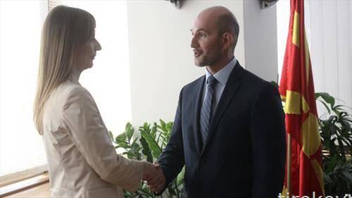 Димитар Богов ја предава  функцијата на неговата наследничка Анита Ангеловска - Бежоск,  како гувернер на Народната банка на Република Македонија