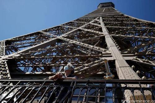 ајфеловата кула отворена за посетители, но за движење само пеш по 670 скалила