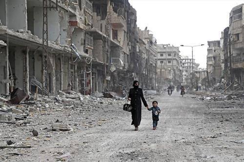 прошетка во разурнатиот град Арбин во сирија