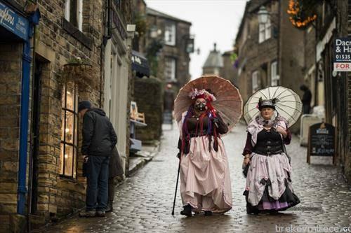 учесници на годишна средба на старите жители во град во Англија