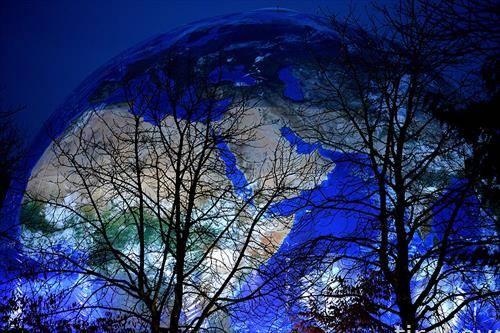Син осветлен глобус на местото каде ќе се одржи Конференцијата за климатски промени на ОН во Бон