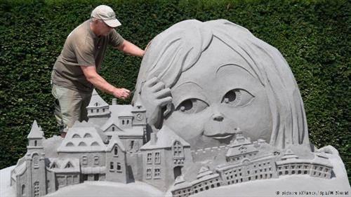 Австралискиот уметник Крафорд ја направи најубавата песочна скулптура на Фестивалот кој се одржува во  дворецот во Лудвигсбург.