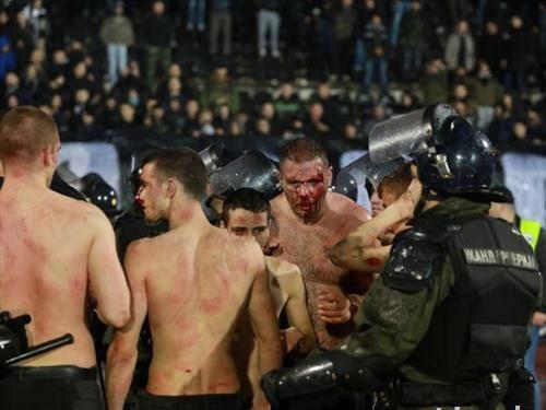 групата која втрча меѓу навивачите на Партизан на дербито со Ѕвезда беше спасена ама претепана
