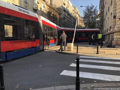 Едно лице загина, а петмина се повредени во тешка сообраќајна несреќа во центарот на Белград, кога трамвај излета од шините