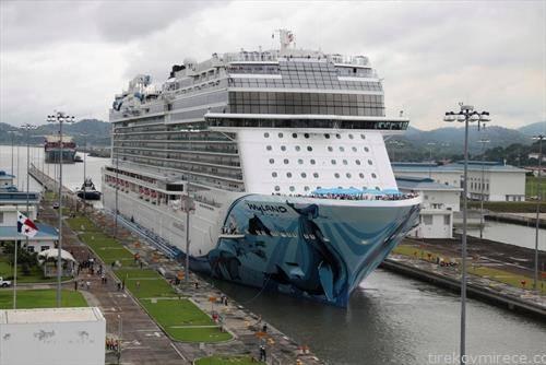 најголемиот брод, крузер од Норвешка минува низ Панамскиот канал