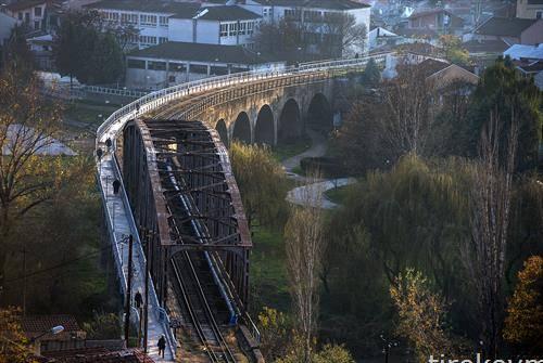 Луѓе одат близу металниот железнички мост во Велес