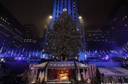 Новогодишната елка во Рокефелер центарот за време на 84-тата годишна церемонија за осветлување во Њу Јорк