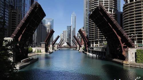 мостовите во Чикаго се креваат поради протестите