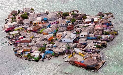 Колумбискиот остров Санта Крус дел Ислоте е голем колку две фудбалски игралишта, дом на 1.200 луѓе, најнаселениот остров