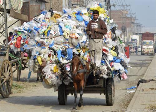 момче во Авганистан собира пластика